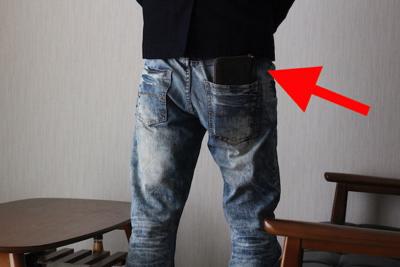 長財布を後ろポケットに入れている後ろ姿