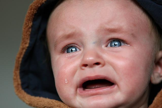 困っている赤ちゃんの顔