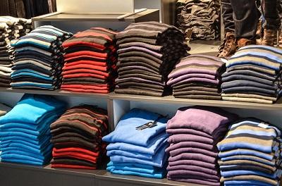 ショップに並べてあるTシャツ